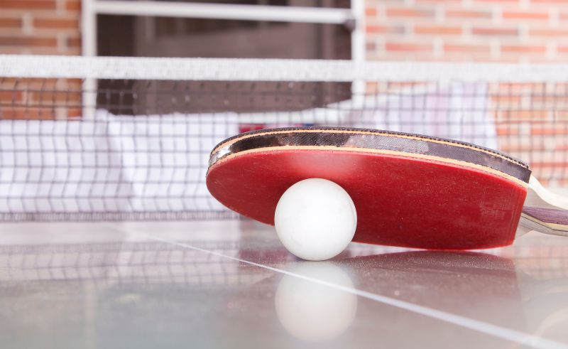 Tischtennisplatte Schlaeger Ball draussen