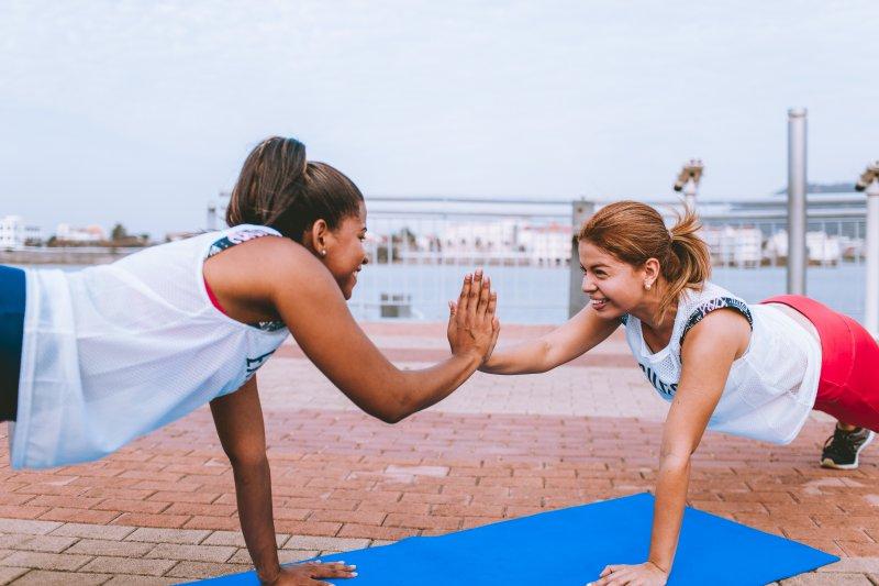 Gemeinsames Training auf einer Fitnessmatte