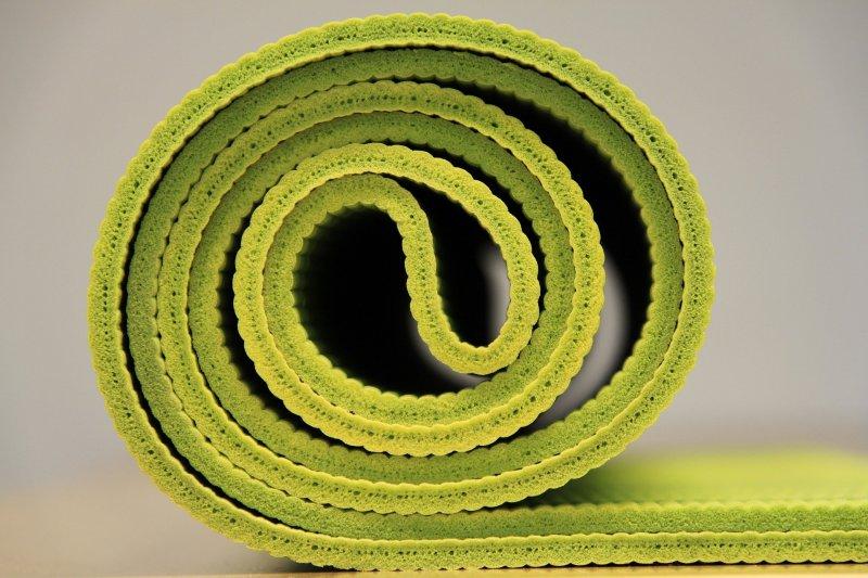 Rollbare, gelbe Gymnastikmatte