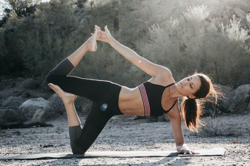 Balance Übung auf einer Gymnastikmatte