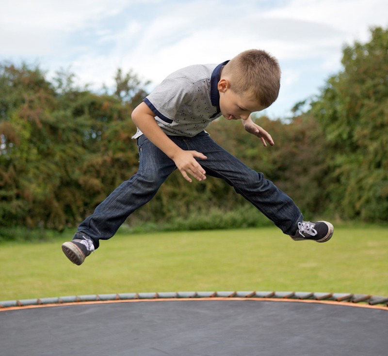 Junge Trampolin Springen
