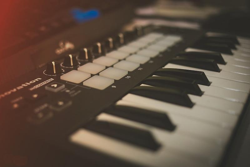 MIDI Keyboard in Seitenansicht