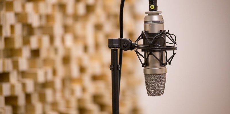 Stativ Spinne Kondensatormikrofon in modernem Studio