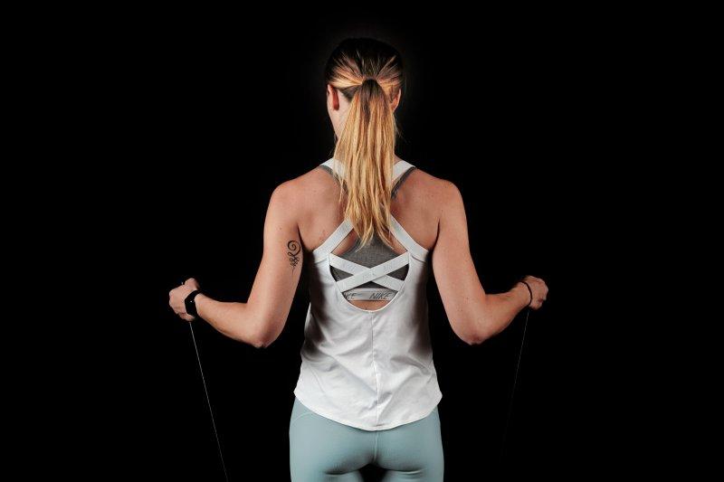Rückenansicht einer Frau mit einem Fitnessband
