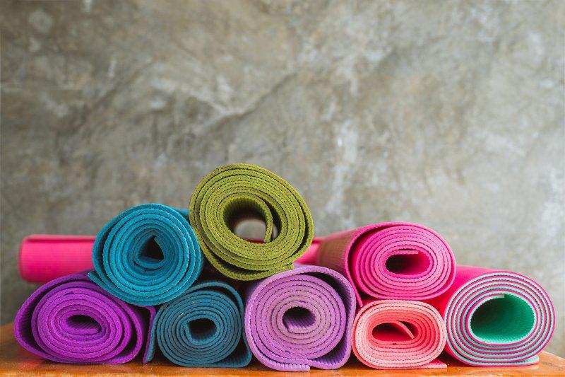 Rollbare Gymnastikmatten in verschiedenen Farben