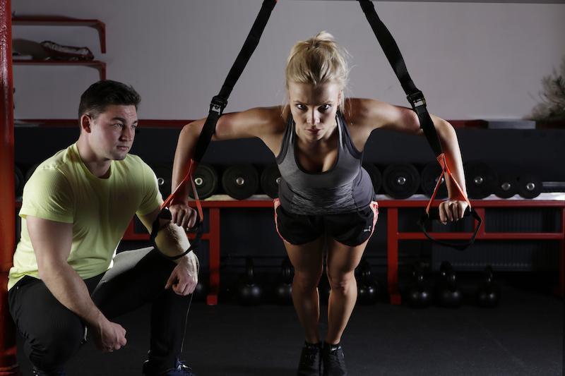 Slingtrainer Übung Slingtraining im Fitnessstudio