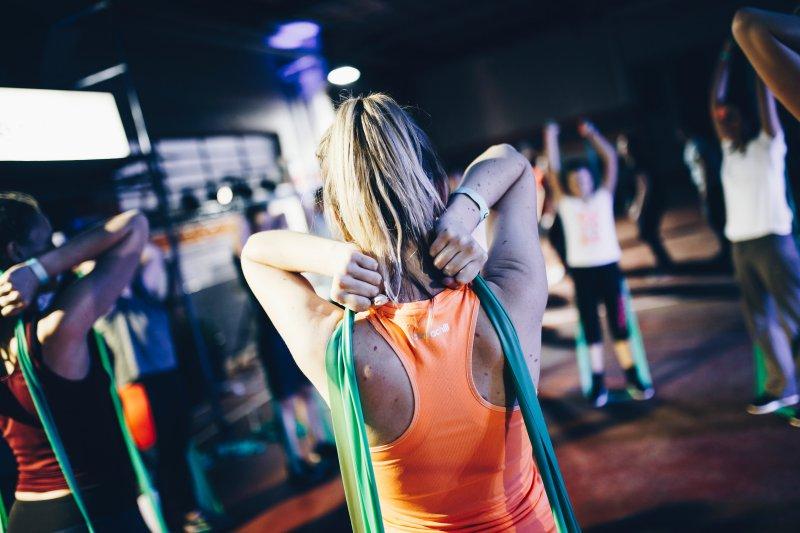 Das Trainieren mit einem Fitnessband in der Gruppe