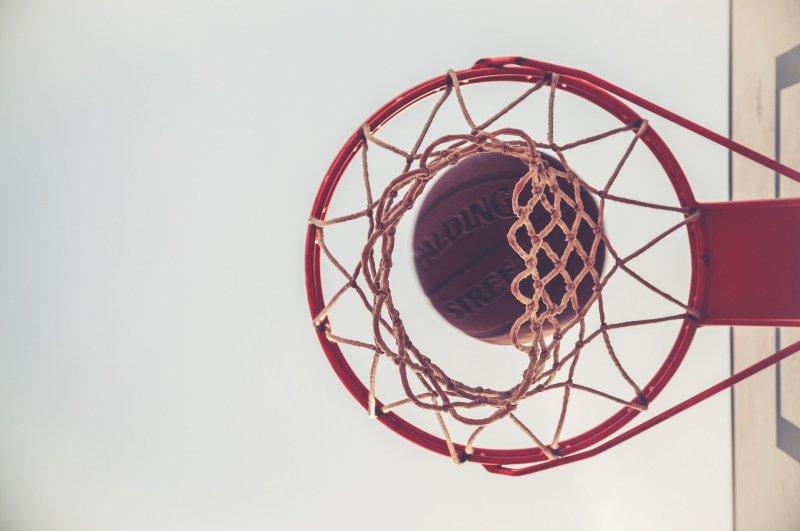 Basketball der durch Korb fällt