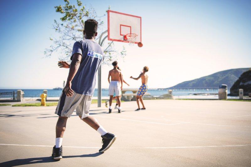 Bei schönem Wetter Basketballspielen