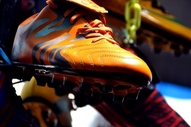 hängender oranger Fußballschuh