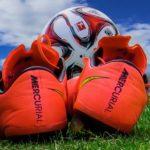 pinke Fußballschuhe auf Rasen