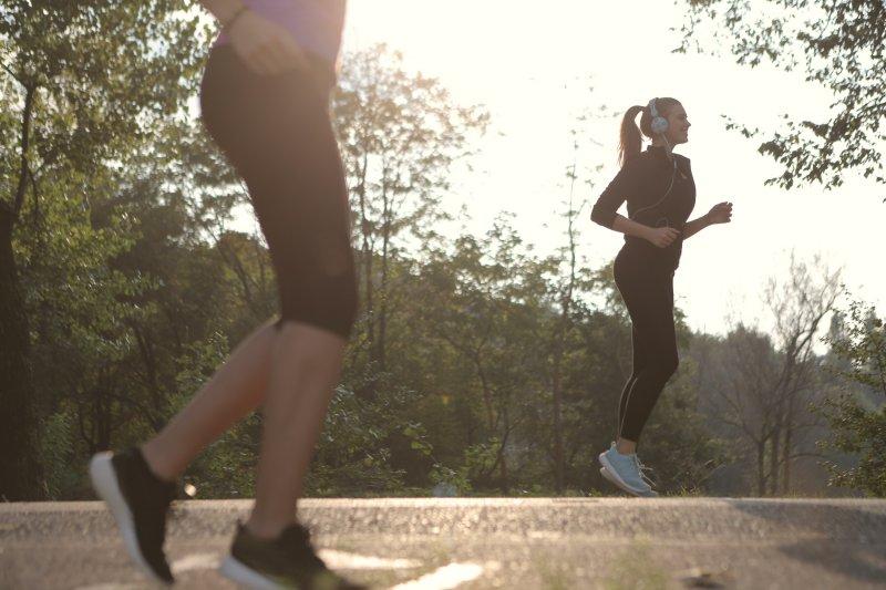 Beim Outdoor-Sport Musik mit einem Sportkopfhörer hören