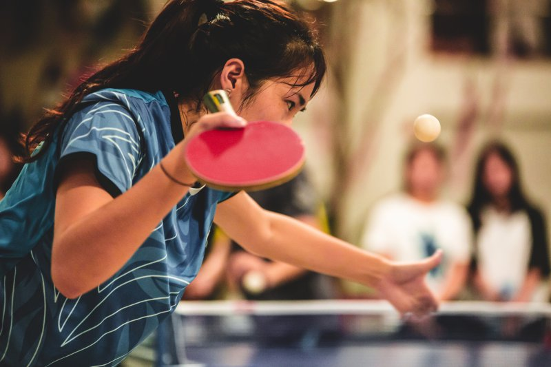 Aufschlag einer Tischtennis-Spielerin
