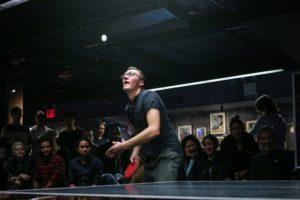 Mann beim Tischtennis-Aufschlag