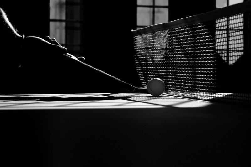 Tischtennisschläger am Netz