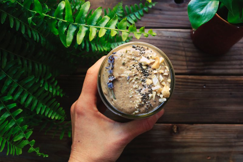 Veganer Proteinshake aus Samen und Nüssen