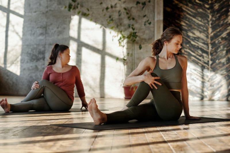 Frauen praktizieren Yoga