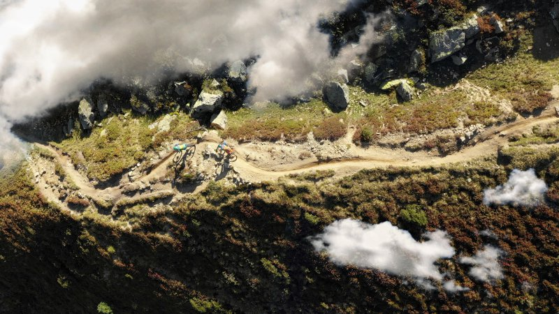 Mountainbiker beim Trekking