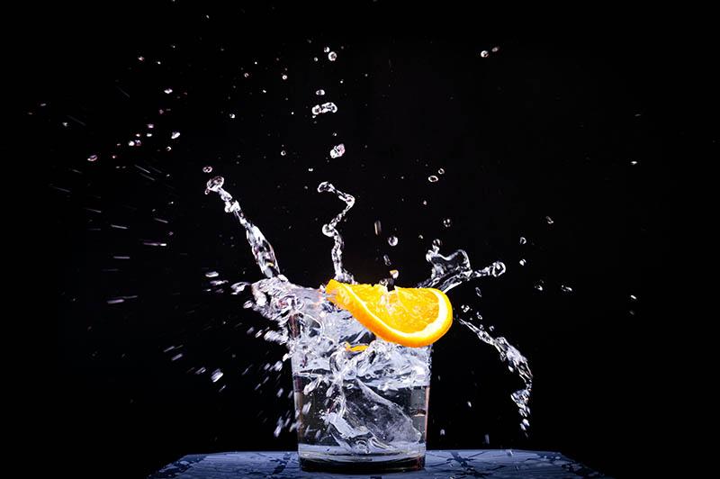 Kreatin Zitrone fällt in Glas Wasser