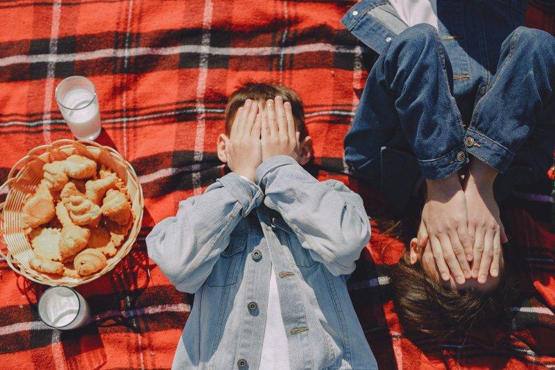 Picknickdecke mit Muster und Kindern