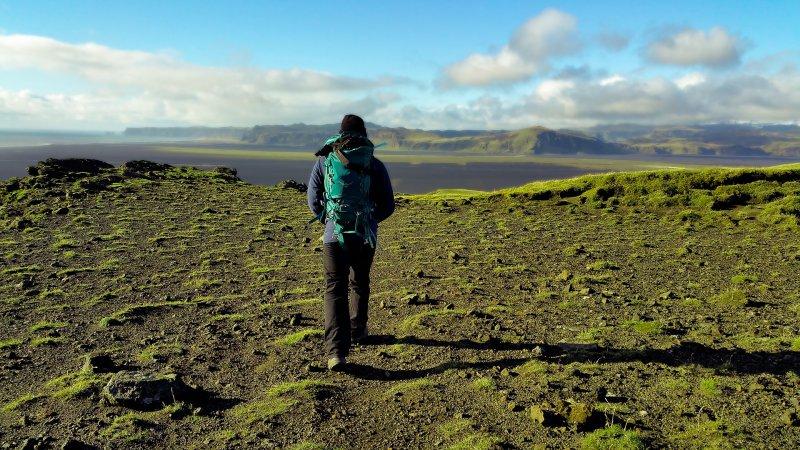 Mit dem Reiserucksack durch die Landschaft