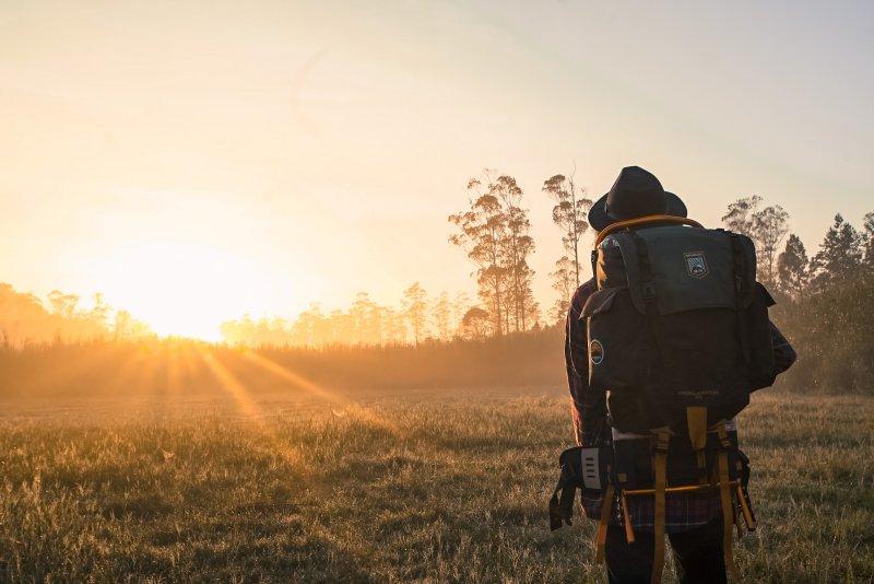 Reiserucksack beim Sonnenaufgang