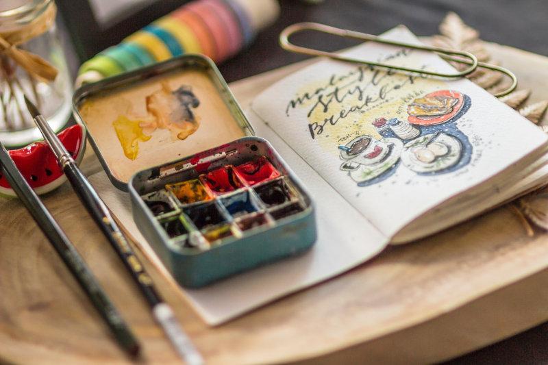 Aquarellpinsel mit mini Farbkasten und Notizbuch