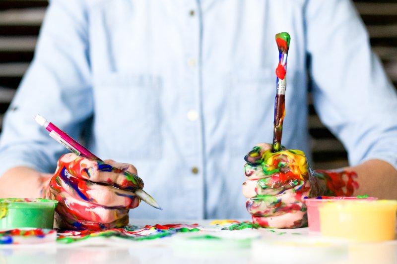 Acrylfarben besitzen eine unterschiedliche Viskosität, die von flüssig bis pastos reicht.