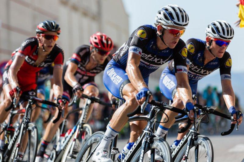 Männer fahren Fahrrad