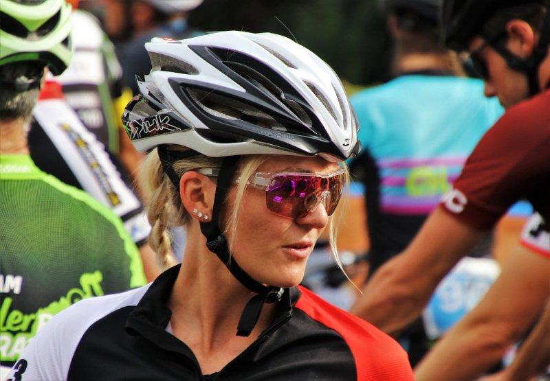 Frau mit Fahrradbrille schaut in die Ferne