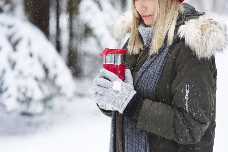 Thermosflasche im Winter