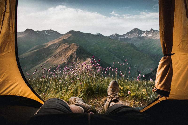 Gelbes Zelt mit Aussicht auf Berge und Landschaft