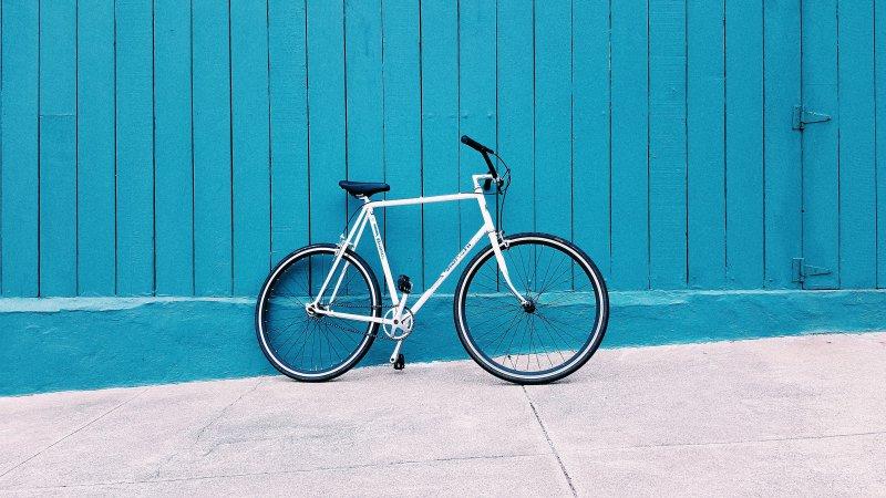 Fahrrad an einer blauen Wand