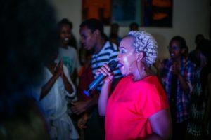 Frau im roten Shirt singt Karaoke
