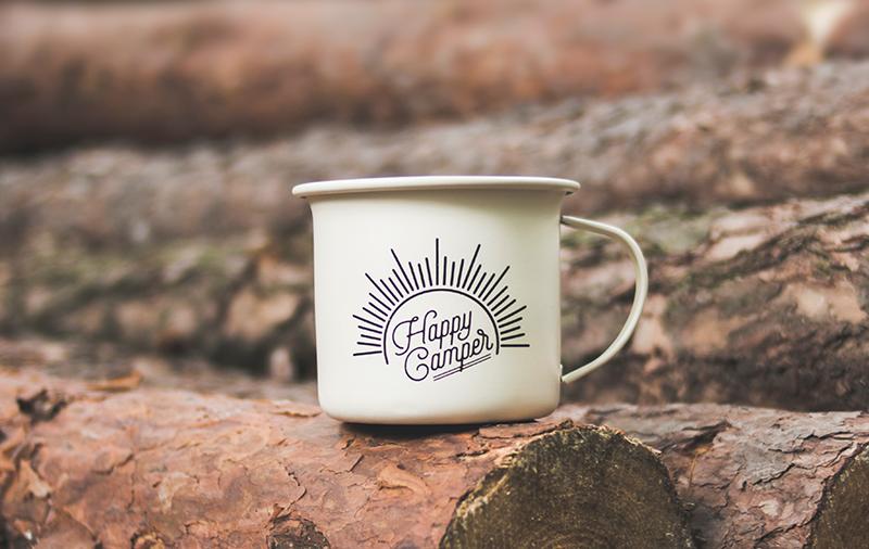Camping-Tasse auf Holz