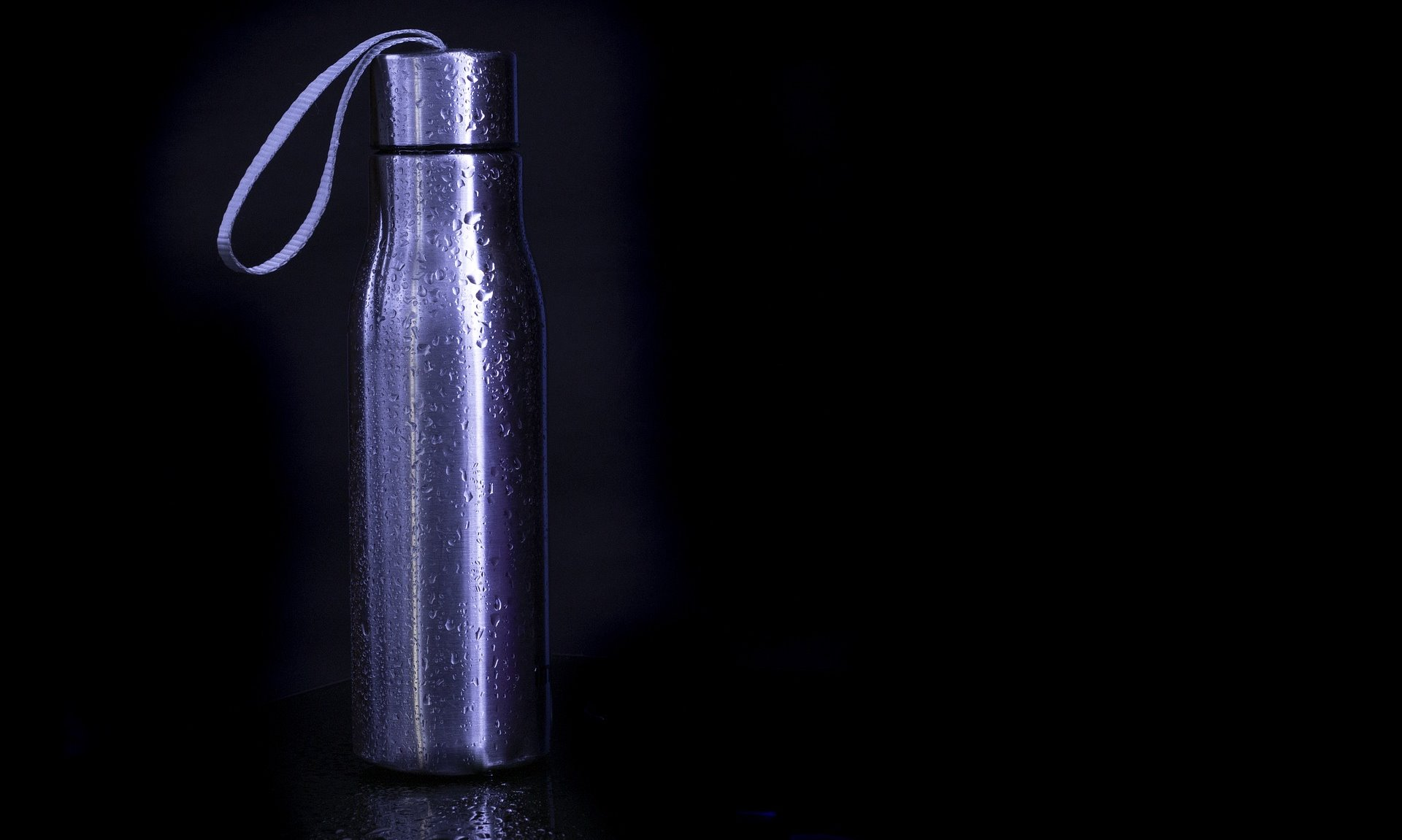 Edelstahl-Trinkflasche mit Wasser