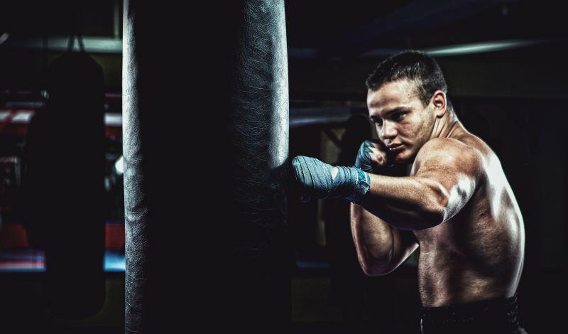 junge boxt am boxsack