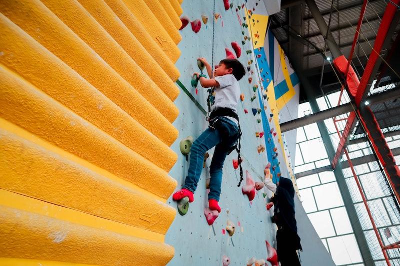 Kind klettert ohne Kletterschuhe
