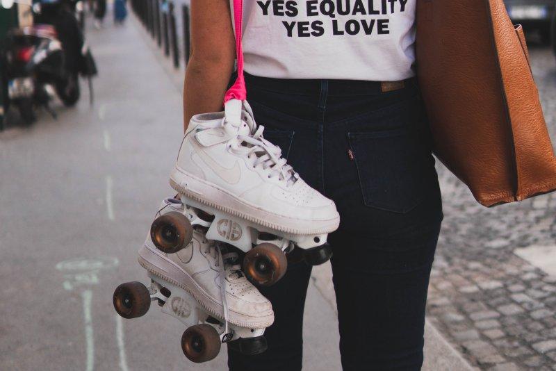 Maedchen mit Sneaker- Rollschuhen