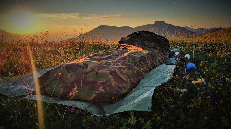 Schlafsack im Biwaksack mit Tarnmuster