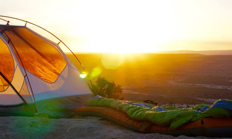 Schlafsäcke draußen beim Wandern