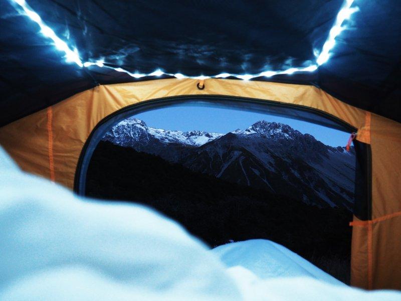 Schlafsack im Zelt für Wanderungen in den Bergen