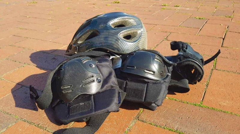 Schoner und Schutzausrüstung für Rollschuhfahrer, sicher sein auf Rollschuhen.