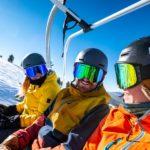Skifahrer mit Skibrillen im Skilift