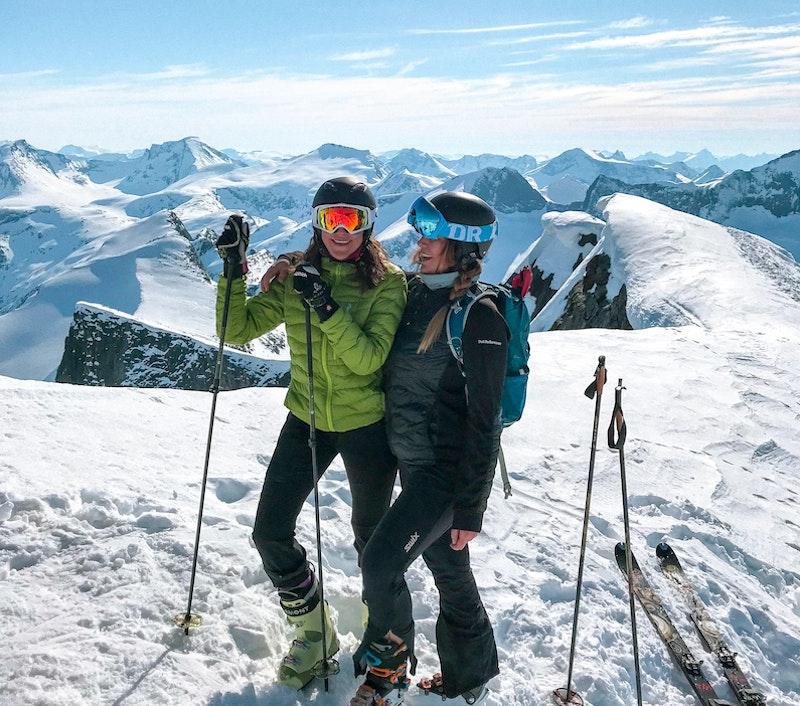 Skifahrer mit verspiegelter Skibrille bei Sonnenschein