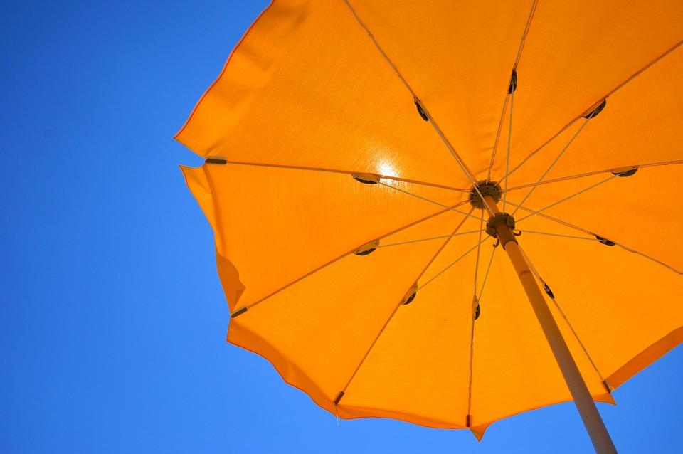 orangener Strandschirm