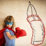 superheldin am boxsack