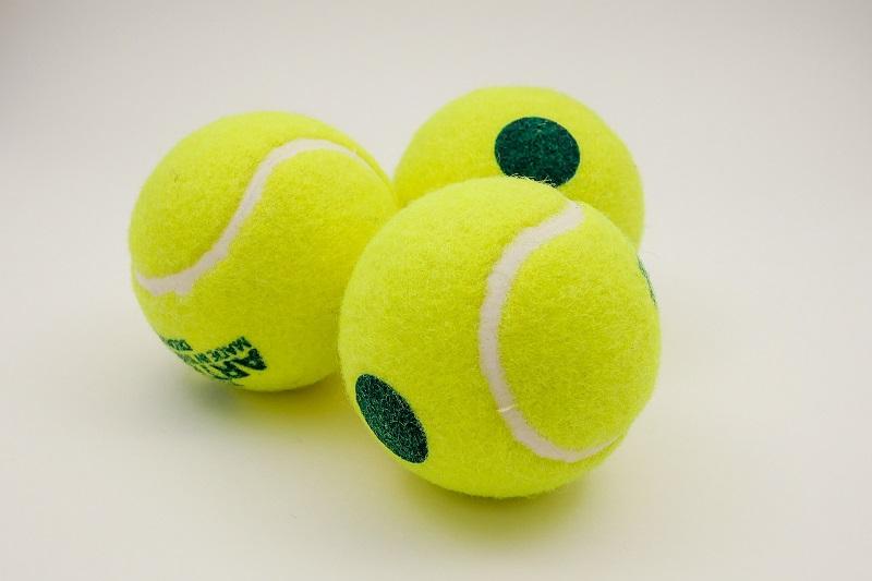Tennisball mit einem grünen Punkt
