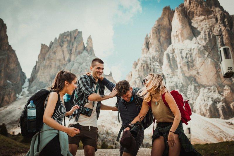 Wandern in Gruppe mit Wanderrucksack