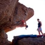 Zwei Kletterer beim Boulder am Fels